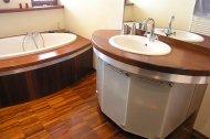 Drewniana podłoga z Merbau w nowoczesnej łazience