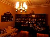 żyrandol oświetlający salon