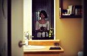 Odbicie kobiety w lustrze