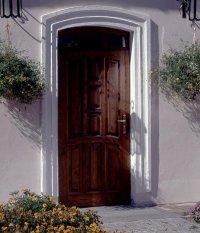 Grubsza konstrukcja drzwi zewnętrznych pozytywnie wpływa na parametry dotyczące izolacyjności cieplnej i akustycznej budynku.